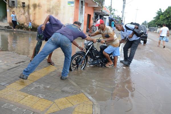 Pedestres e motoristas enfrentam dificuldades para trafegar na região