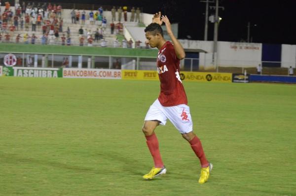 Adriano Pardal comemora gol na vitória do América sobre o Luverdense