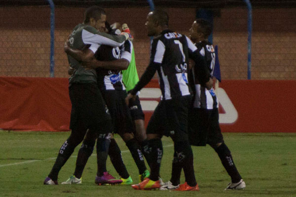 Lúcio Flávio, após marcar o gol que garantiu a vitória, foi fazer a festa com os companheiros do ABC