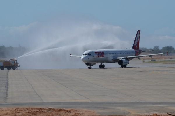 Aeronave foi recebida com jato de água no novo aeroporto