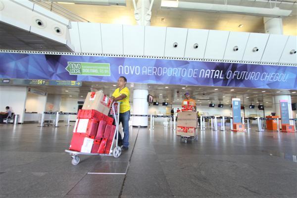 Funcionários das companhias aéreas deixaram o Aeroporto Augusto Severo com o material para o novo aeroporto
