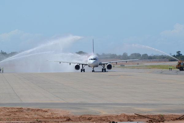 Na chegada do voo ao novo aeroporto, bombeiros fizeram saudação com jatos de água