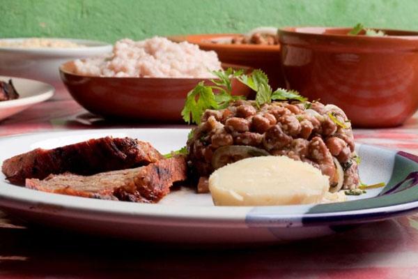 No roteiro, turistas podem provar pratos típicos da região, como a carne de sol: valorização do turismo no interior do Estado