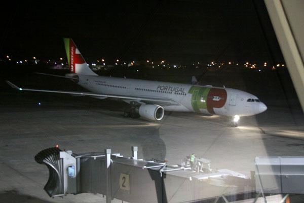 O primeiro voo internacional estava previsto para chegar hoje (01/05) à noite, vindo de Pontugal