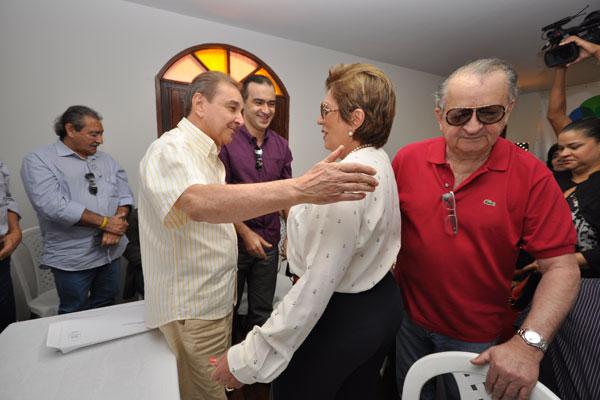 Senador José Agripino recepciona a governadora Rosalba Ciarlini, que chega acompanhada do ex-deputado Carlos Augusto Rosado