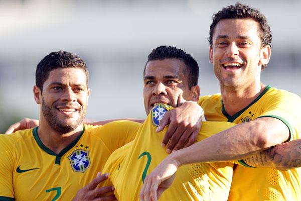 Huck e Fred comemoram gol de Daniel Alves ainda no primeiro tempo