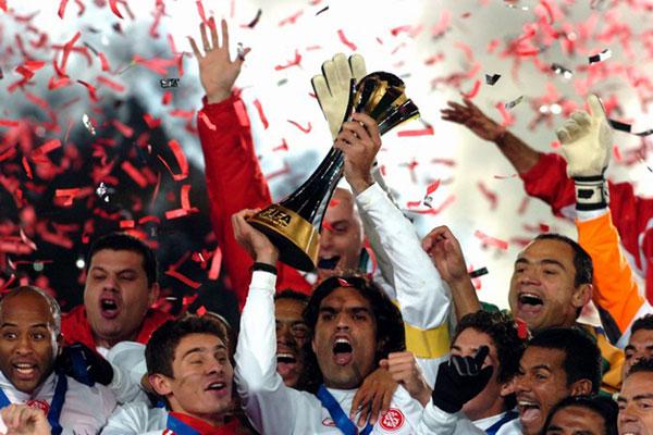 Fernandão foi o capitão e responsável por erguer a taça de campeão mundial do Inter em 2006