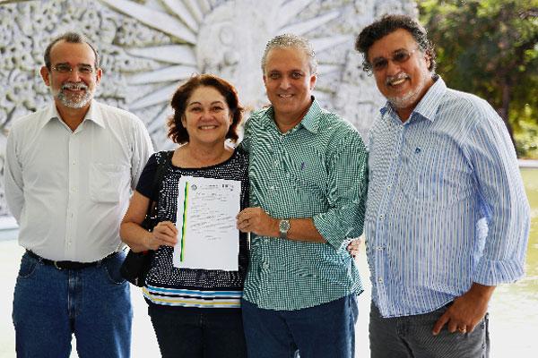 Tereza Neuma de Castro Dantas e Afonso Avelino Dantas Neto (centro) exibem Carta Patente