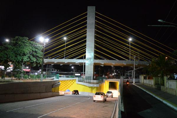 Trânsito no viaduto estaiado construído sobre a Prudente de Morais foi liberado por volta das 11h, após a solenidade de inauguração