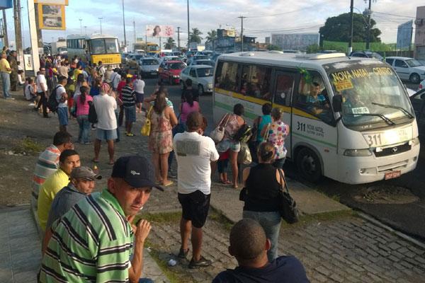 Paradas de ônibus estão cheias devido à paralisação dos rodoviários
