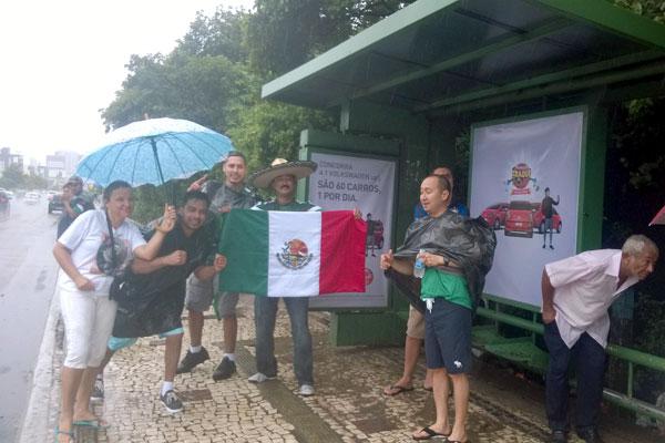 Torcedores mexicanos esperando ônibus na avenida Engenheiro Roberto Freire