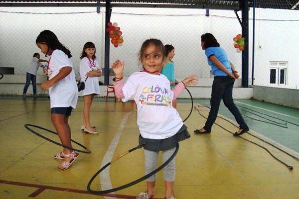 Grupo de estudantes aproveita recesso escolar do meio do ano para divertidas brincadeiras