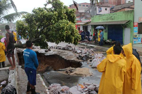 "Cratera abriu na Guanabara por entupimento das ""bocas de lobo"", provocando o deslizamento"