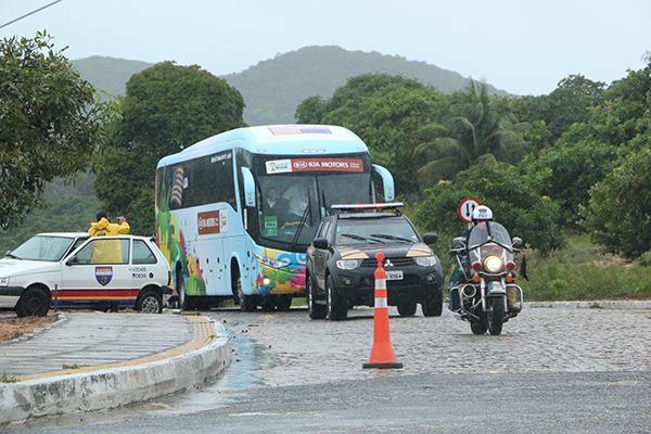 Ônibus da seleção dos EUA deixando o campus da UFRN, depois do treino fechado na manhã de sábado