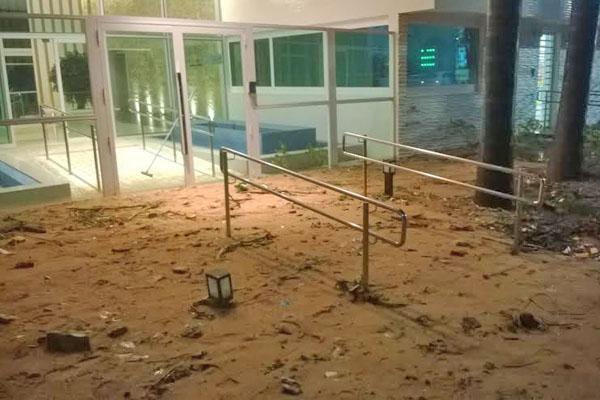 Edifícios são evacuados em Areia Preta, deslizamento de terra causa prejuízos