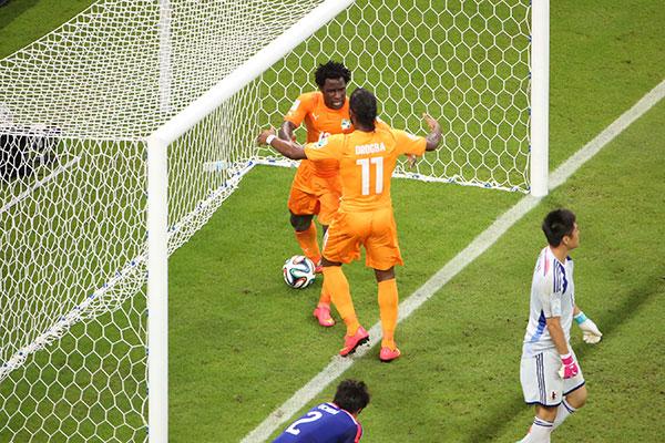 Wilfred marca gol na partida contra o Japão