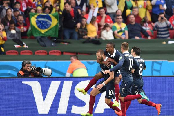 Benzema, da França, comemora após marcar gol de pênalti durante partida contra Honduras