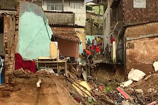 Moradores de Mãe Luíza se arriscam para recuperar objetos nas casas