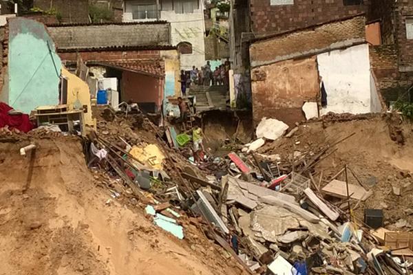 Moradores de Mãe Luiza utilizam escadas nas encostas para voltar ao local de deslizamentos para tentar recuperar objetos