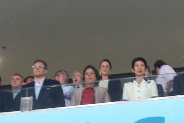Valcke, Rosalba e a Princesa Takamado assistem a partida na Arena das Dunas