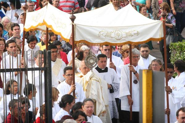 Fiéis percorrem ruas do centro de Natal na procissão que celebra o Santíssimo Corpo e Sangue de Cristo, ponto alto do cristianismo
