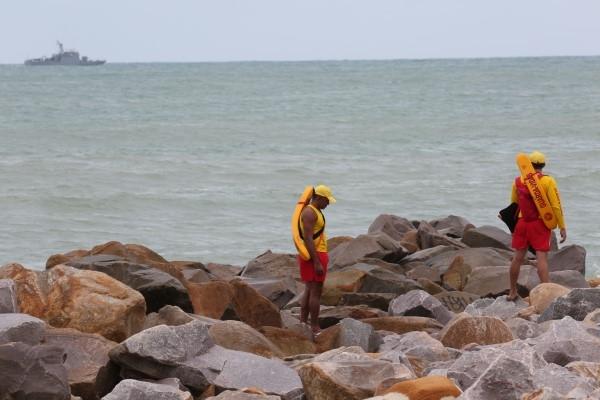 Corpo de Bombeiros procuram por desaparecidos com apoio de uma embarcação da Marinha