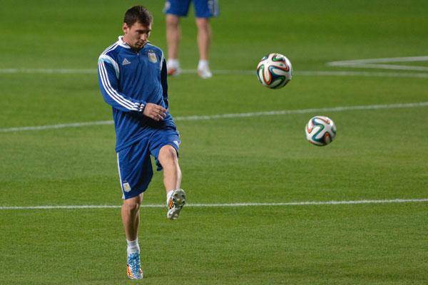 Lionel Messi é o referencial da Argentina dentro de campo e está a dois do 400º gol na carreira