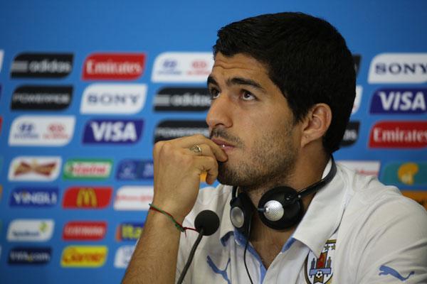 Luis Suárez também foi multado e está impedido de entrar em estádios