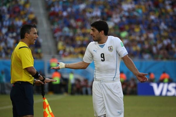 Luis Suárez alega ao assistente que não mordeu Chiellini durante partida contra a Itália