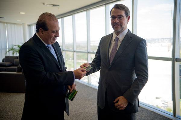 Augusto Nardes entrega lista com nomes de gestores públicos ao presidente do TSE, Dias Toffoli