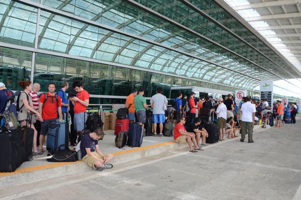 Aeroporto não tem estrutura para voos extras, como os que ocorreram na Copa. Passageiros ficaram aguardando check in na calçada