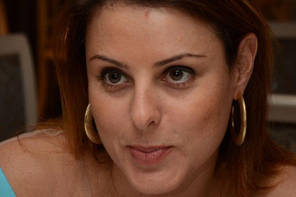 Renata Bueno nasceu em Brasília e foi vereadora na cidade de Curitiba. Ela é filha do deputado federal Rubens Bueno e está no primeiro mandato como deputada federal na Itália, ocupando uma das vagas reservadas aos parlamentares que representam a comunidade italiana na América do Sul