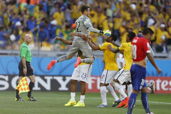 Júlio César defendeu dois pênaltis na disputa com o Chile