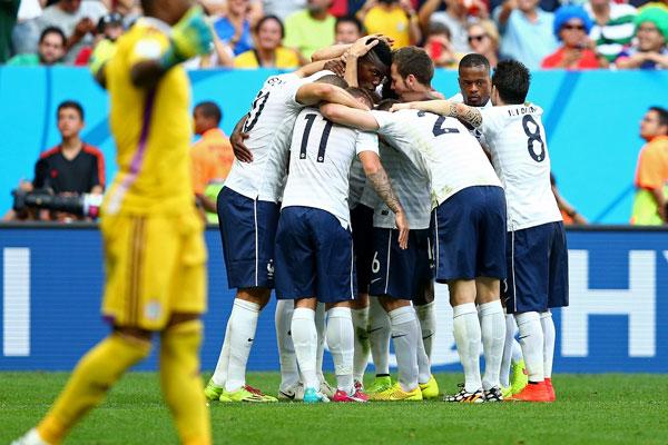 Franceses comemoram gol de Pogba que abriu caminho para a classificação às quartas de final