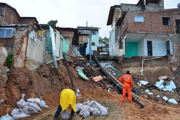 Projetos preveem obras de drenagem, pavimentação e escadaria, além da construção de residências que podem ser no local ou não
