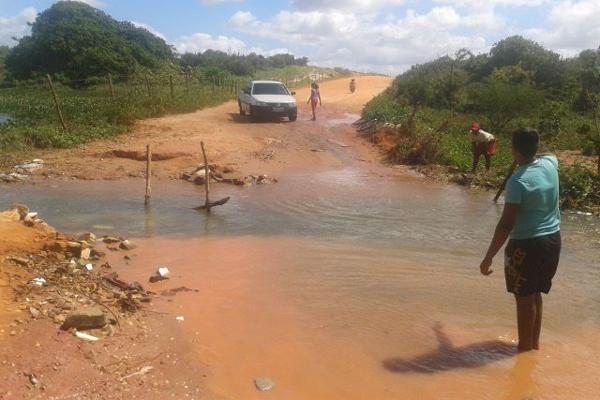 Tráfego na estrada de barro é dificultado pelo acúmulo de água
