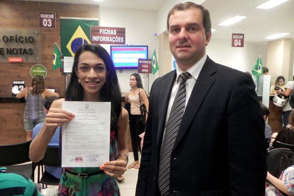Rochelly exibe a nova Certidão de Nascimento acompanhada do professor Antonino Cavalcanti