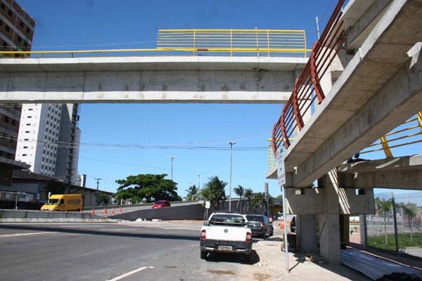Passarela da avenida Lima e Silva está recebendo ajustes finais
