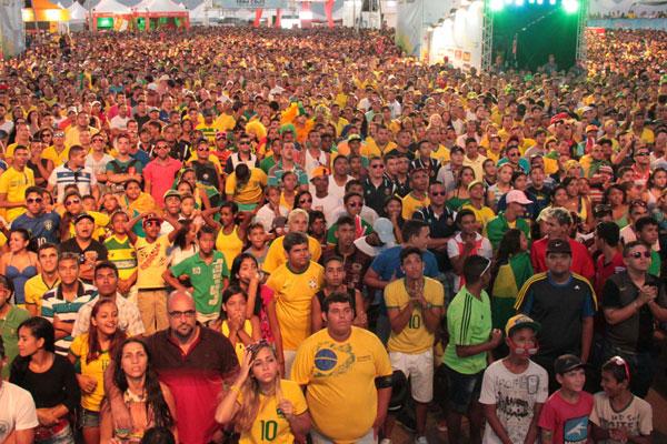 Mais de 15 mil torcedores brasileiros e estrangeiros lotaram espaço no confronto das quartas