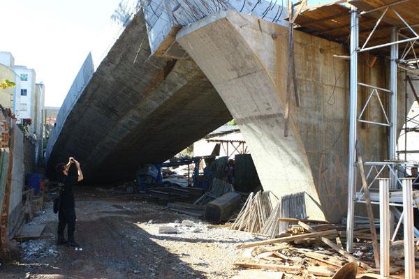 Análises preliminares feitas por especialistas em megaconstruções indicam afundamento do pilar principal do viaduto em construção
