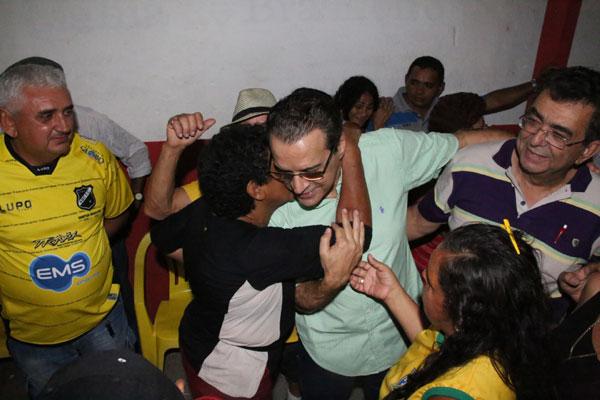 """Em visita ao """"Forró de Dagô"""", com Wilma e vereadores, Henrique recebe cumprimentos e abraços"""