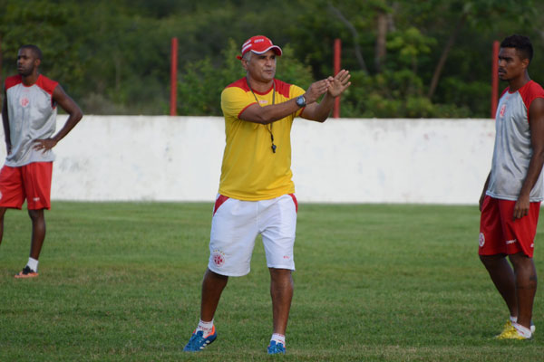 Técnico Oliveira Canindé vem priorizando Thiago Cristian, mas Wanderson ainda briga por vaga