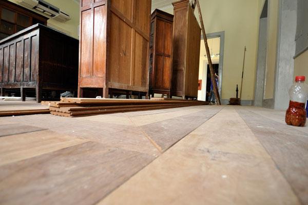 A fachada ganhou pintura nova e o piso de madeira substituiu o antigo de ladrilho