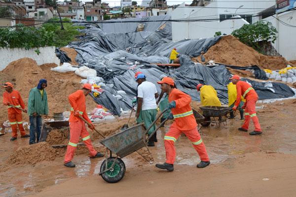 Equipes da Urbana retiram barro que desceu de área degradada do morro e invadiu pista em Areia Preta, interrompendo o trânsito
