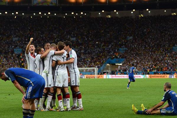 Alemães comemoram o título mundial enquanto jogadores argentinos lamentam a derrota na final da Copa do Mundo