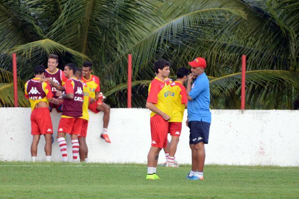 Técnico Oliveira Canindé, que chegou a descartar necessidade de reforços, vai manter o time que atuou nas dez primeiras rodadas