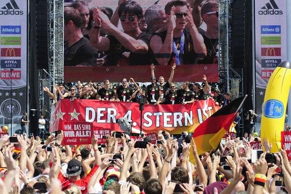 Milhares de torcedores foram ao  Portão de Brandemburgo, em Berlim, para festejar o tetracampeonato da Alemanha