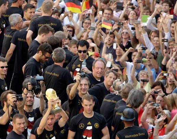 Jogadores foram cercados pela multidão após o desembarque
