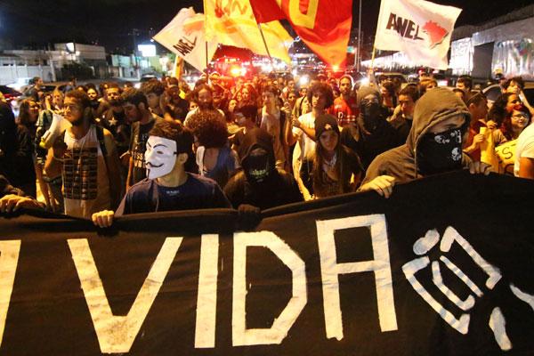 Manifestantes participaram de protesto e 'roletaço' contra possível aumento da tarifa de ônibus