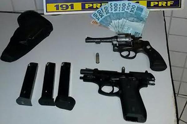 Armas foram encontradas com homem de 29 anos durante fiscalização de rotina